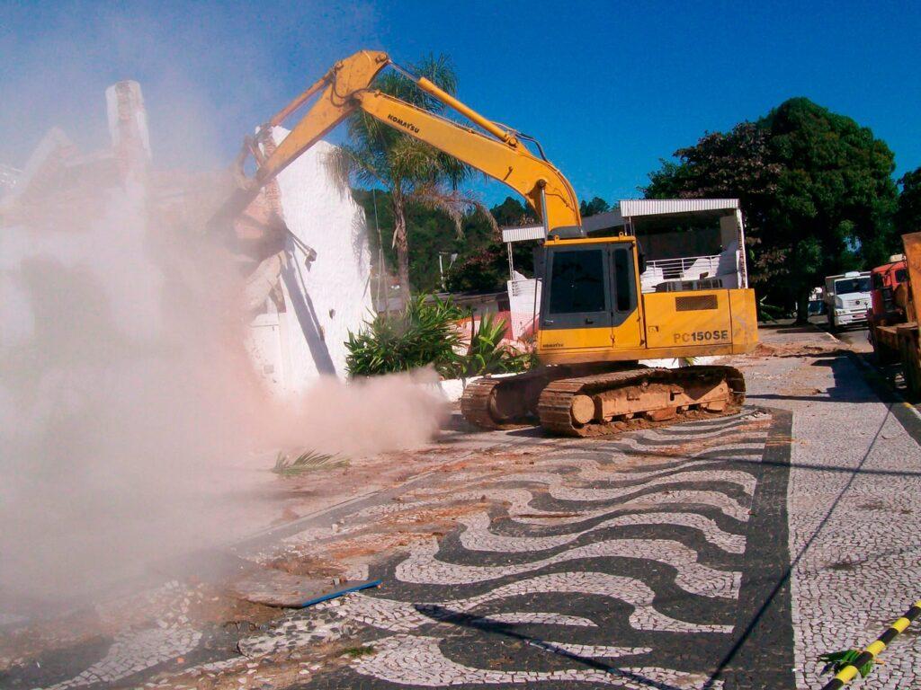 retroescavadeira demolindo casa em bombinhas sc terra brasil