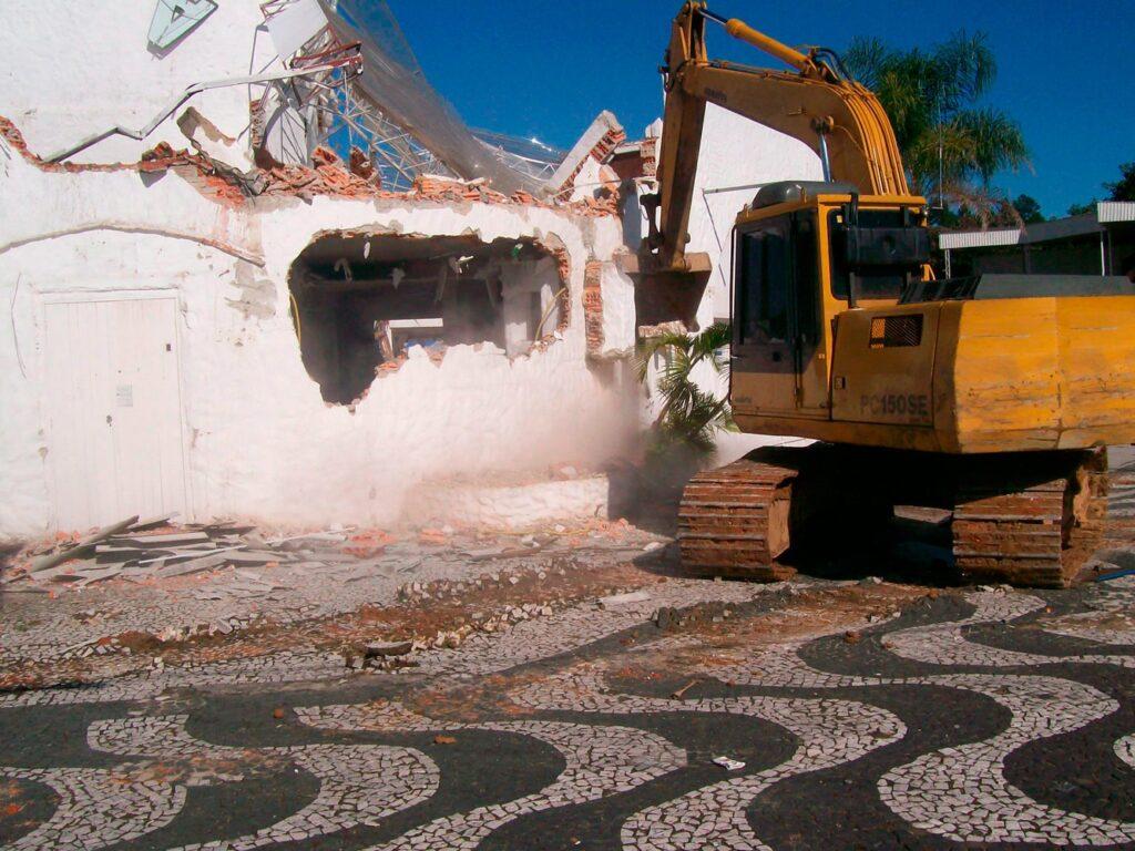 demolição boate ibiza bombinhas terraplanagem